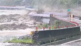 驚!荖濃溪暴漲 直擊高雄山區大橋遭洪水沖斷「一分為二」