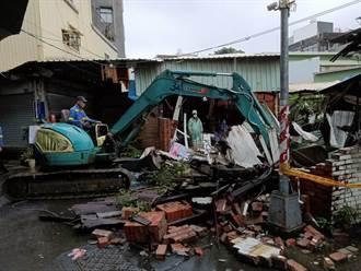 高雄木造房遭雷擊倒塌 電表冒火光倉庫建築解體