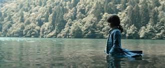 卡洛辛特曼《未來之書》 鏡頭空靈氣質抓住觀眾眼光