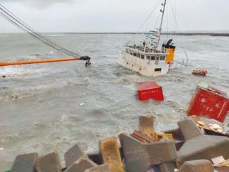 貨輪擱淺布袋商港 快被風浪吞沒