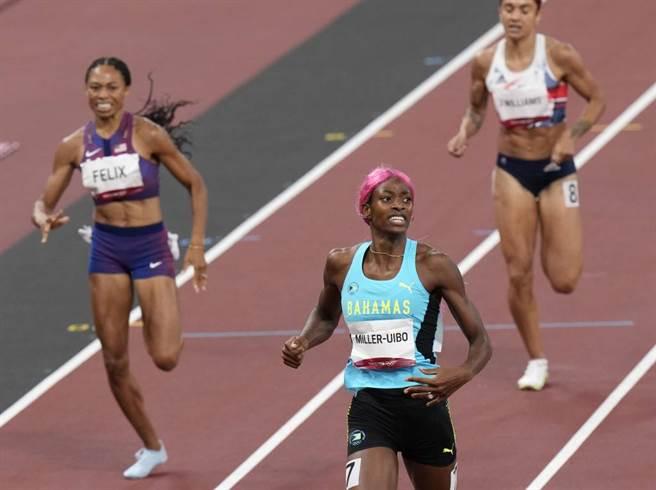 美國田徑女將菲麗絲(左)在400公尺奪得銅牌,拿下生涯第10面奧運獎牌。(美聯社資料照)