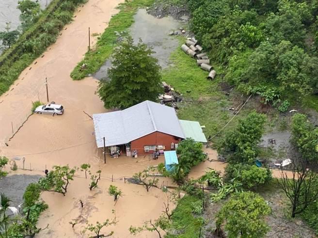 熱帶梯壓家西南氣流影響,高雄市茂林區往情人谷的道路因為濁口溪水暴漲,導致路面大面積淹水。(翻攝照片/林瑞益高雄傳真)