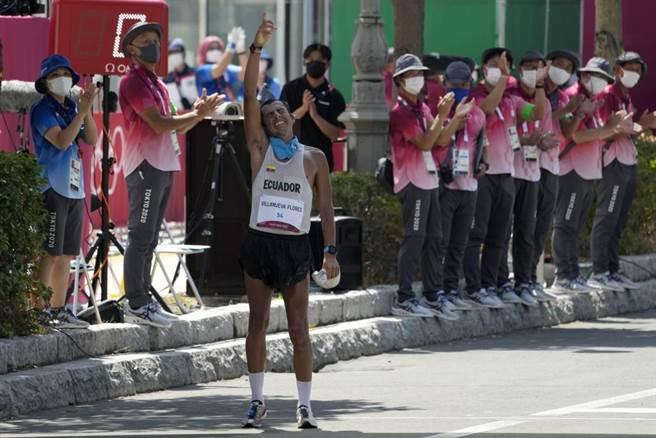 東奧50公里競走最後一位完賽的厄瓜多選手Claudio Villanueva振臂歡呼。(美聯社)