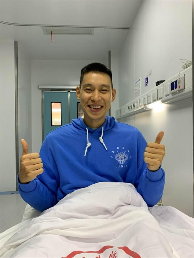 林書豪也發布自己在醫院病房內的照片,跟大家表示他沒事。(取自林書豪臉書)