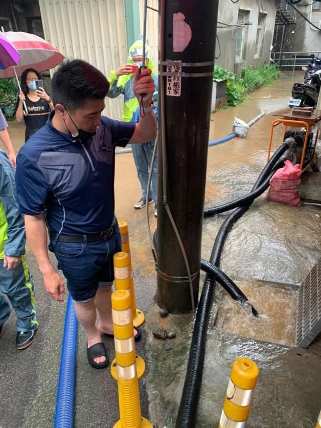 多處雨水宣洩不及造成淹水。(取自顏寬恒臉書)