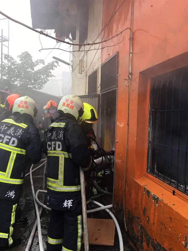 楊勇緯台中后里的老家巷弄發生火警,警消拉長水線進入火場搶救。(台中市消防局提供/王文吉台中傳真)