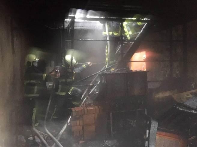 警消撲滅火勢後進入火場勘查,初步研判起火點疑為2樓房間,焚毀家具、雜物等。(台中市消防局提供/王文吉台中傳真)