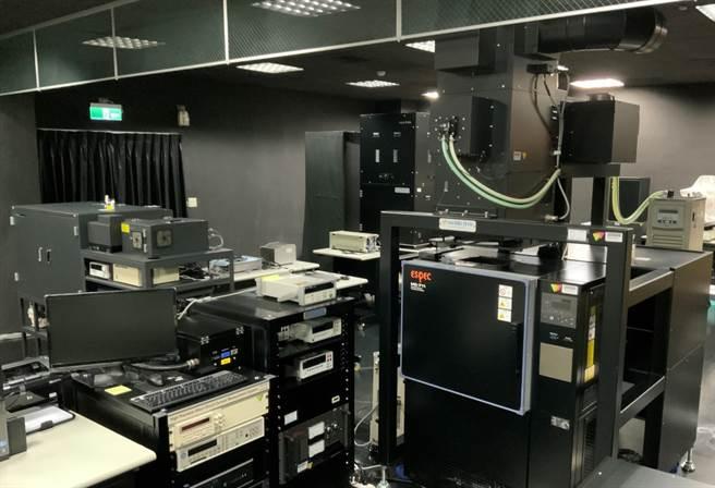 圖為位於中央大學新世代光驅動電池模組研究中心之太陽能電池效率驗證實驗室(PVEVL)內部。(中央大學提供/李侑珊台北傳真)