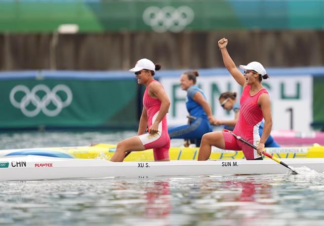 東京奧運會皮划艇靜水女子500米雙人划艇決賽中,中國選手徐詩曉/孫夢雅奪得冠軍。(新華社)