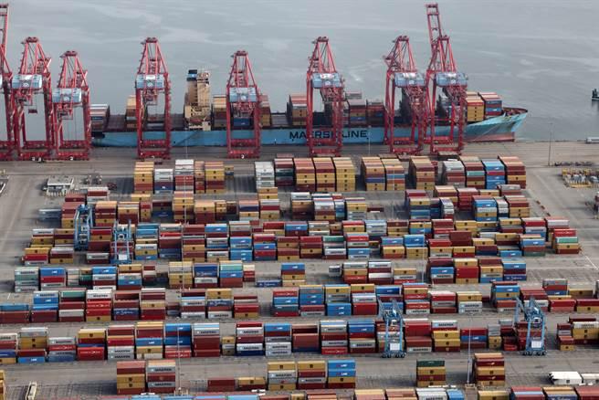 當初拒絕將產線移往海外的企業,現在反而享有優勢。至少,他們不用等商品從海外回到自己手上,也有更多彈性可以評估是否將成本轉嫁給客戶。圖為港口卸貨。(圖/路透社)