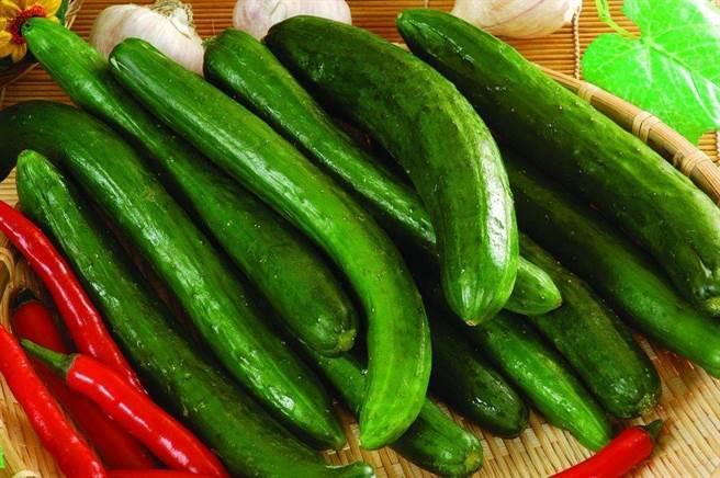 全聯產銷履歷溫室小黃瓜每盒300g,原價58元、特價49元。(全聯提供)
