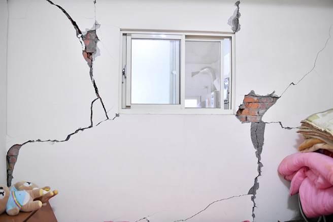 花蓮富里鄉昨晚連9起地震,導致當地永安國宅老屋出現牆壁破裂、磁磚大片剝落等嚴重災損,其中有12戶受損嚴重。(花蓮縣府提供/王志偉花蓮傳真)