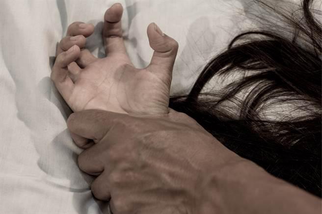 患腦性麻痺的女子嫁給梅毒丈夫後,兩人在15年間生下9個孩子,她與最小的兒子還因此染病。(示意圖/達志影像)