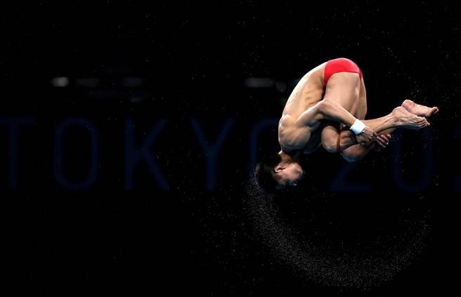 楊健在比賽中出色完成了難度動作。(澎湃新聞)