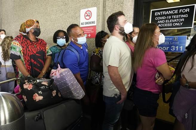 當前美國每天平均新增10萬個染疫確診病例,重現去年冬天疫情加劇的新增確診數。(圖/美聯社)