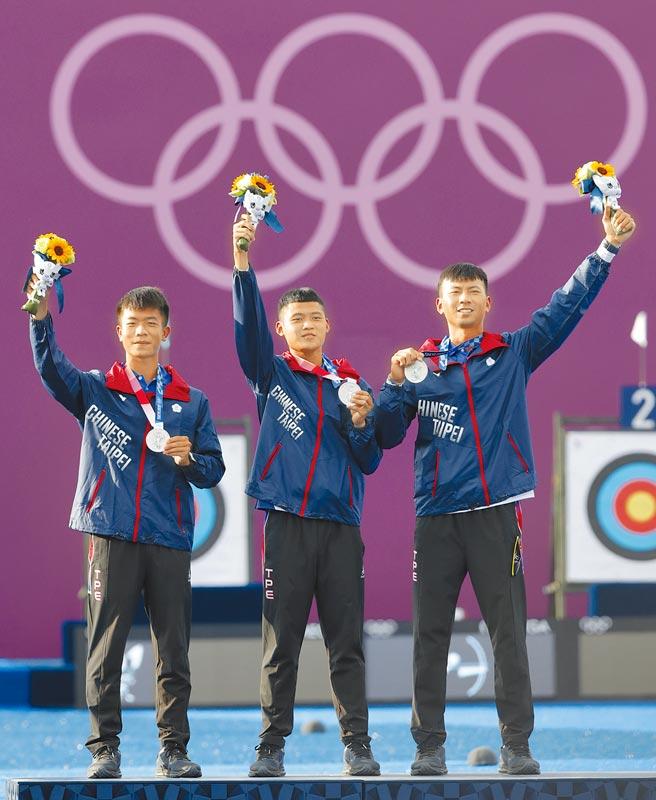 銀牌-射箭男子團體/鄧宇成(左至右)、湯智鈞、魏均珩