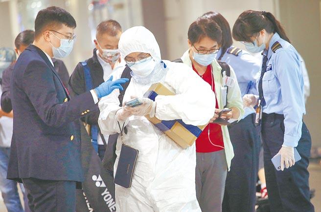 專家直言,現行集中檢疫所或防疫旅館「關14天」作法,關不住Delta,台灣疫情下一波將再次決戰邊境。圖為桃園機場入境管制區內,防疫人員協助下機旅客申報入境健康資料的畫面。(本報資料照片)