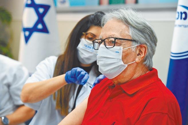 以色列新政府上月底開始,為60歲以上銀髮族接種第三劑新冠疫苗。儘管世界衛生組織呼籲,富裕國家能暫緩打第三劑,好讓貧窮國家能分到更多疫苗,但包括美、法、德和以國,仍將依計畫為高風險族群打第三劑。(新華社)