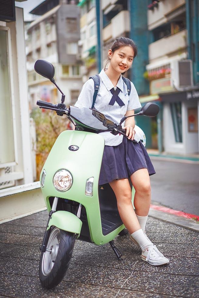 中華eMOVING電動自行車Shine&Bobe免牌免照,學生上學最佳選擇。(中華汽車提供)