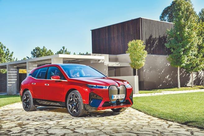 BMW iX豪華純電旗艦休旅展開預售,圖為Sport Package運動化外觀套件,擁有鮮明帥氣的車頭線條與車側輪廓,展演BMW X家族濃厚血緣與前衛格調。(汎德提供)