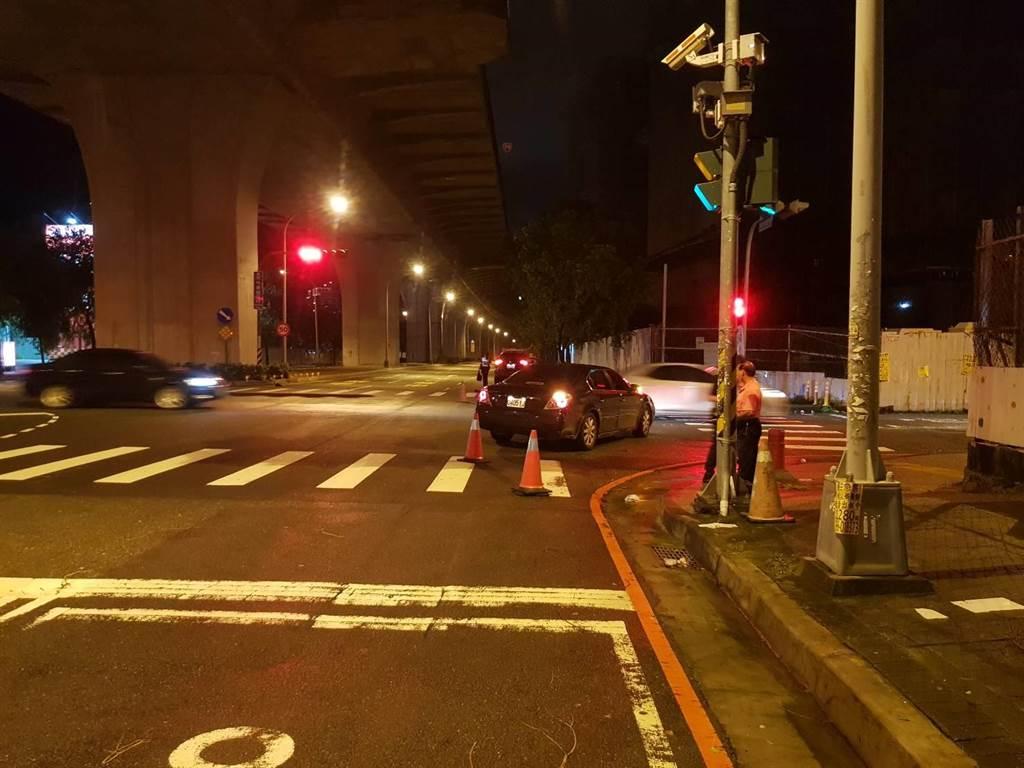 中市太平區昨天深夜發生死亡車禍,1名男騎士與自小客車發生撞擊,傷重送醫不治。(民眾提供/陳淑芬台中傳真)
