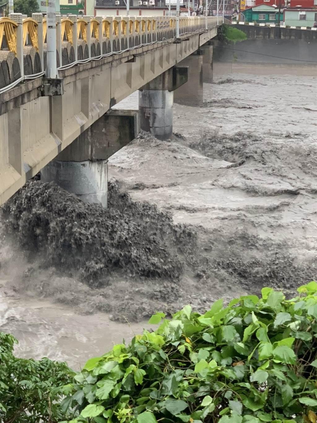 三地門鄉長車牧勒薩以.拉勒格安表示,三地門大橋舊橋上次被沖斷而新造的橋墩,今天仍是溪水沖刷的集中點,因此,還不能開放。(三地門鄉公所提供/謝佳潾屏東傳真)