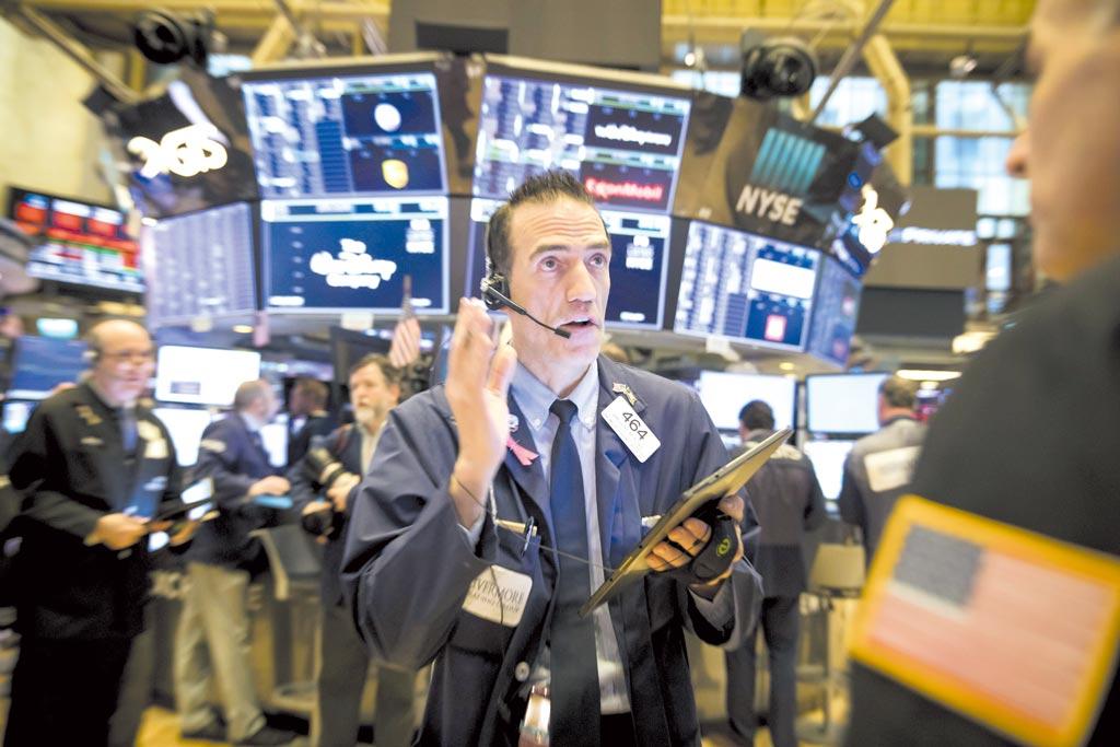 美國最新就業報告強過預期,驅散投資人不安情緒,上周五道瓊指數和標普指數改寫收盤新高。圖/新華社