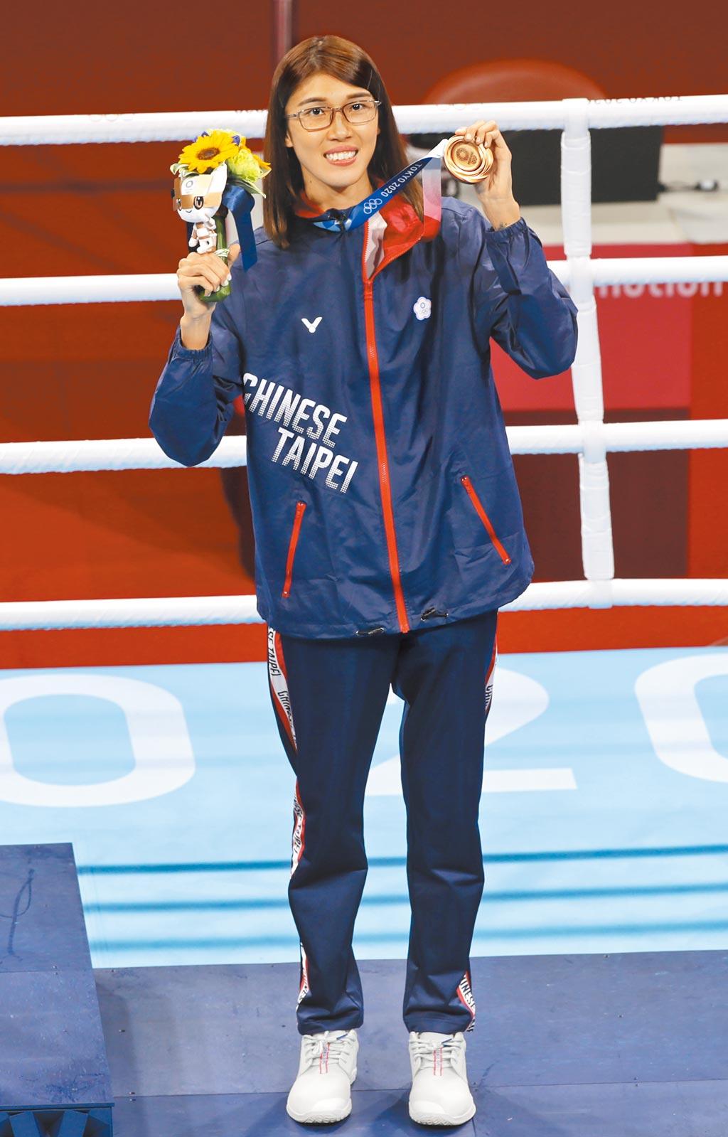 東京奧運7日進行拳擊項目的頒獎典禮,中華隊黃筱雯在51公斤級奪得銅牌,興奮地展示獎牌。(季志翔攝)