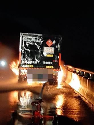 台88線暗夜氫氣化學槽車輪胎起火 消防架「水砲塔」撲滅
