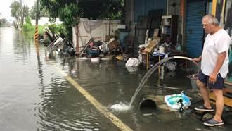 抽水機一天沒停 屏東林邊民眾怨:屋子裡水還淹到膝蓋
