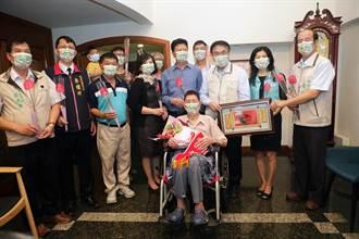今年台南最高齡獲獎父親 黃偉哲到宅表揚99歲蘇南鯧