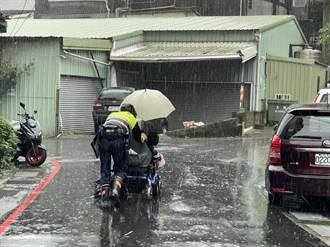 電動輔助車故障拋錨 桃園暖警冒雨推半小時返家
