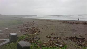連日狂風豪雨 台南安平海域布滿海漂垃圾