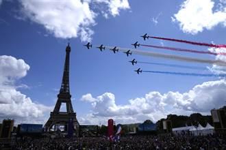 熱情民眾齊聚艾菲爾鐵塔前 太空演奏、戰機秀迎接巴黎奧運