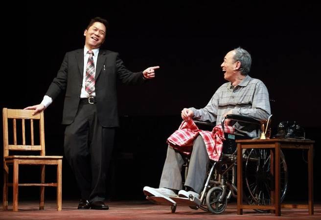 金士傑(右)飾演罹患漸凍症的角色,表演感動人心,左為卜學亮。(果陀劇帳提供)