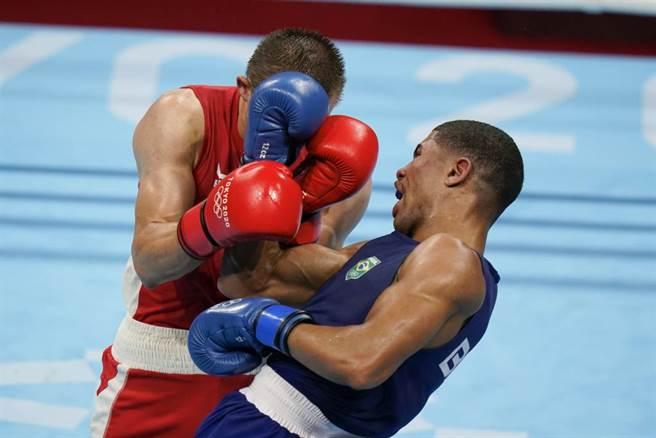 巴西拳手Hebert Sousa(右)在壓倒性不利的金牌戰中以KO大逆轉。(美聯社資料照)