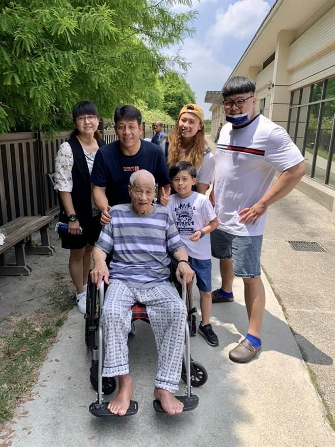 台灣唯一挑戰奧運舉重無限量級謝昀庭感謝爸爸一路以來的支持與陪伴。(台中市政府提供)