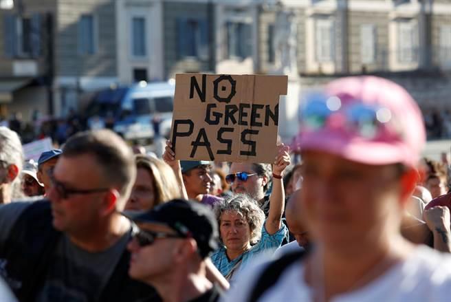 羅馬市中心人民廣場(Piazza del Popolo)集結超過1000人,高呼「拒絕綠色通行證!」和「自由!」等口號。(圖/路透社)
