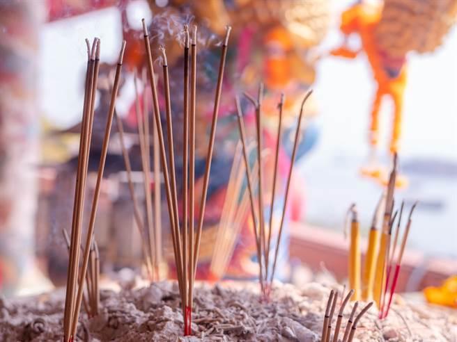 傳統習俗中今天是鬼門開,清水孟國際塔羅小孟老師分享鬼月祭拜禁忌。(示意圖/shutterstock)