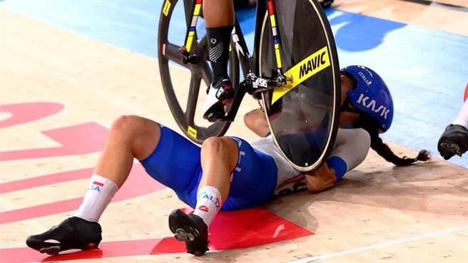 義大利女將Elisa Balsamo摔車之後被埃及女將攔腰輾過去。(路透)