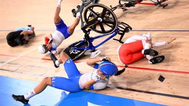 義大利女將Elisa Balsamo摔車之後,多位選手閃避不及遭殃。(路透)