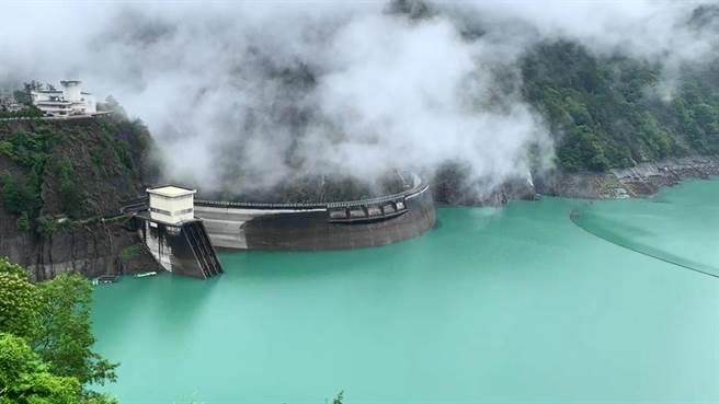 德基水庫一天狂灌1718萬噸水量,水位迅速爬升5公尺,距離滿水位還有13公尺。(民眾提供/王文吉台中傳真)