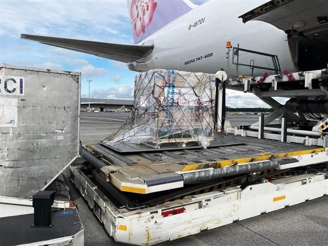莫德納疫苗預計8日下午抵達桃園機場。(圖/摘自蘇貞昌臉書)