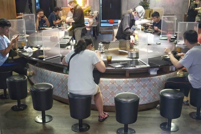 受創嚴重的餐飲業期待有效提振買氣,第一個父親節假日,民眾在防疫規範下用餐,少了熱鬧的氣氛。(王英豪攝)