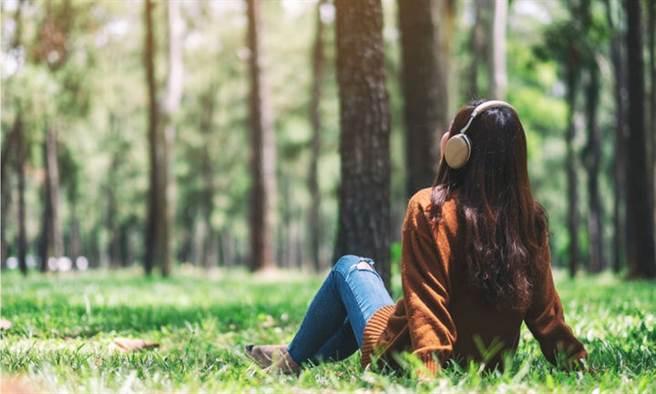 對內向者來說,疫情帶來的居家時間,反而感到自由。(示意圖/Shutterstock)