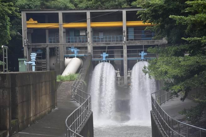 永和山水庫許多未見調節性排洪。(謝明俊攝)