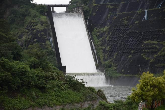 三義鯉魚潭水庫持續自然溢流。(謝明俊攝)