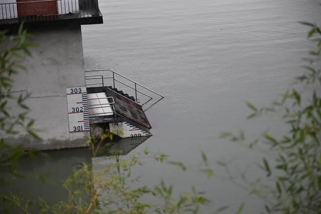 三義鯉魚潭水庫持續3百米滿水位。謝明俊攝)