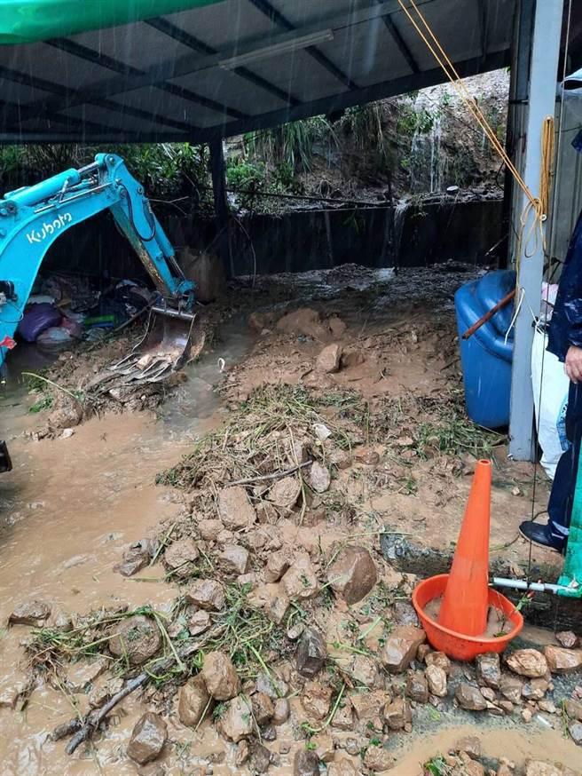 大湖山區發生土石流沖進民宅車庫。(大湖警分局提供/謝明俊苗栗傳真)