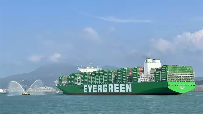 長範輪於今日下午4時順利進港靠台北港北六號碼頭裝卸貨櫃。(港務公司提供)